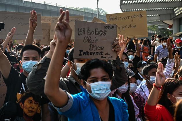 Demonstranten verurteilen die militärische Internetblockierung am 7. Februar in Rangun.