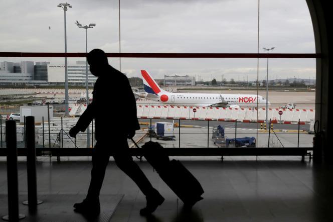 Un voyageur à l'aéroport Paris - Charles-de-Gaulle, à Roissy, le 5 février.