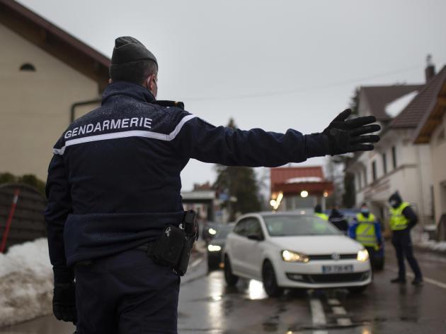 Les gendarmes contrôlent les véhicules arrivant de Suisse (environ 5 000 passages quotidiens). La Cure, le 2 février.