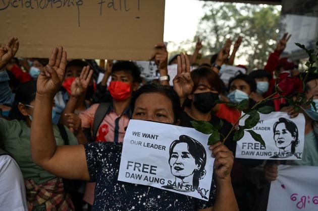 Tausende Demonstranten führen den Drei-Finger-Gruß durch, eine Widerstandsgeste, die von der