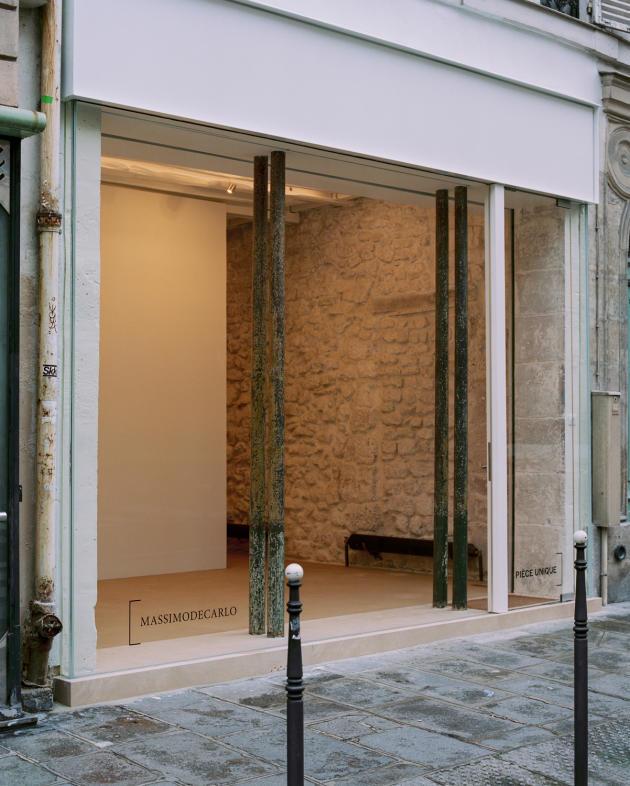 Vue de la vitrine depuis la galerie Pièce Unique, rue de Turenne, à Paris, le 29janvier.
