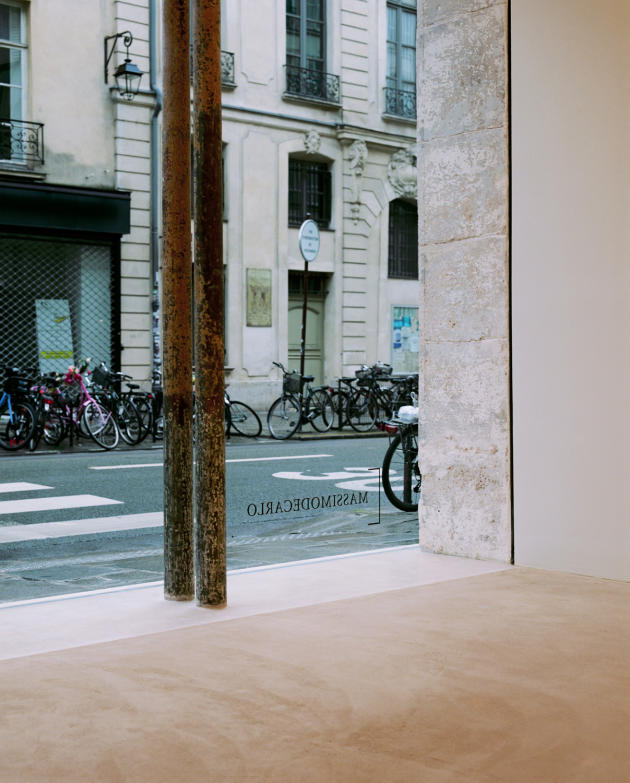 Pour la vitrine de la galerie Pièce unique, l'architecte Kengo Kuma a choisi un verre dont la transparence n'offre aucun reflet, afin de mettre en valeur les œuvres qui seront exposées aux passants.