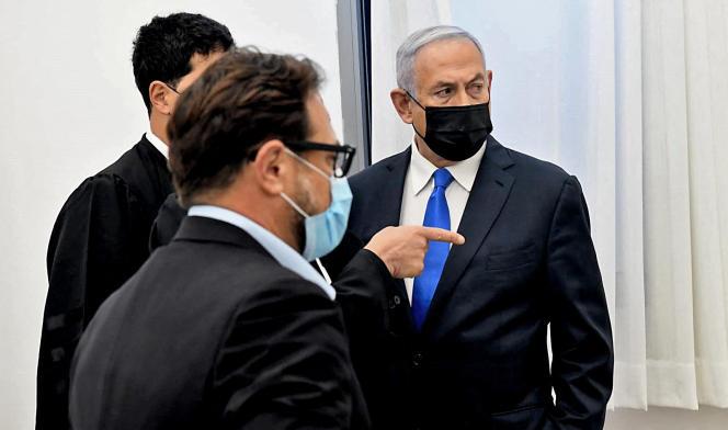 Le premier ministre israélien, BenyaminNétanyahou, s'entretient avec ses avocats, lundi 8février, à Jérusalem.