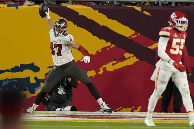 Rob Gronkowski des Tampa Bay Buccaneers marque le premier touchdown de la rencontre après une passe décisive de Tom Brady.