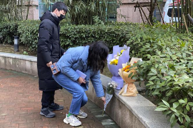 Des habitants déposent des fleurs devant l'hôpital de Wuhan (Chine) pour rendre hommage au docteur Li Wenliang, le 6 février.