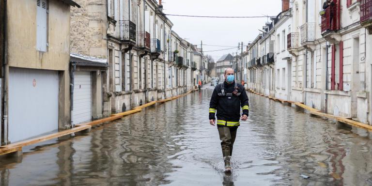 La crue du fleuve Charente dans les rue de Saintes, les habitants empruntent les petits pontons de bois pour se deplacer, le 08 fevrier 2021 a Saintes, Charente-Maritime, France.   Photo © Yohan Bonnet pour Le Monde