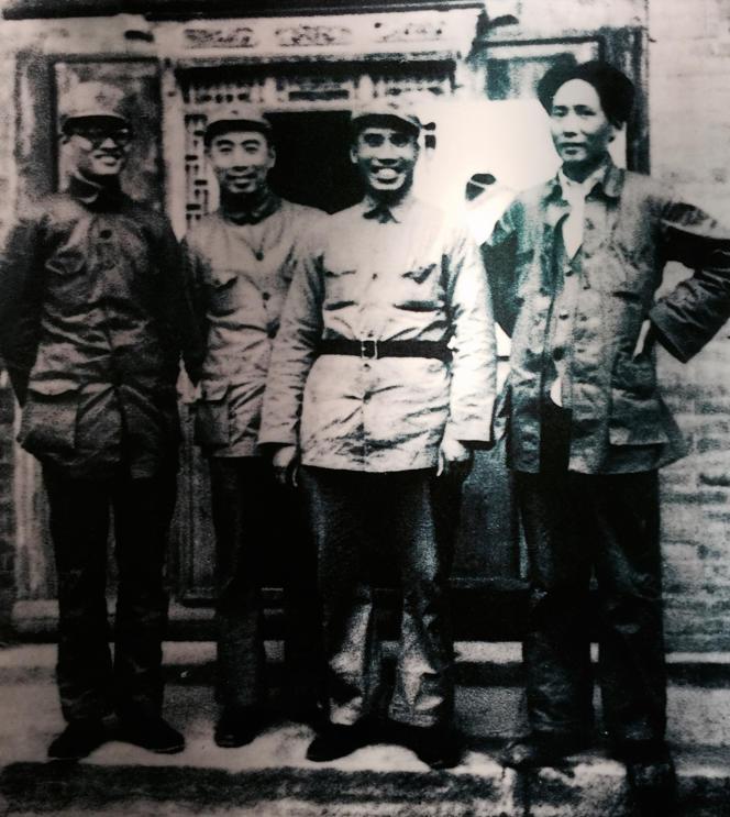 Qin Bangxian (à gauche), les caciques du Parti communiste chinois Zhou Enlai et Zhu De et Mao Zedong dans les années 1930.