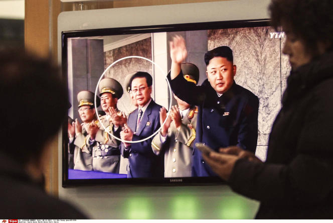 Jang Song-Thaek (troisième en partant de la gauche) et Kim Jong Un (à droite) en décembre 2013.