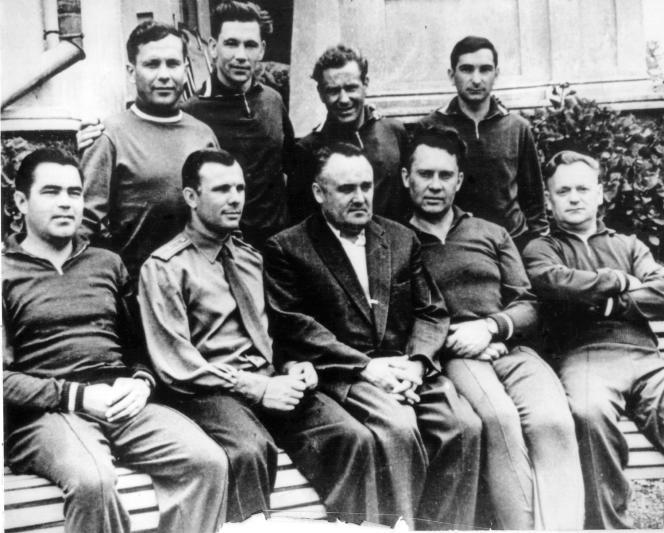 Grigori Nelioubov (deuxième en partant de la gauche, en haut) avec l'équipe de cosmonautes dans les années 1960.