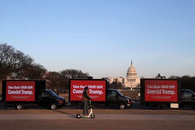 Des publicités faisant la promotion de la procédure de destitution de Donald Trump, aux abords du Capitole à Washington, DC, le 8 février.