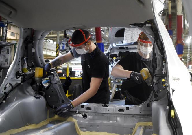 Des employés de l'usine Toyota d'Onnaing, près de Valenciennes, le 23 avril 2020, pendant le premier confinement.