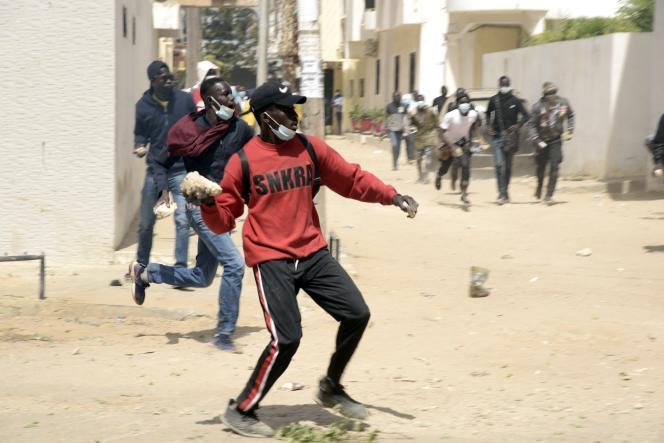 Des partisans de l'opposant sénégalais Ousmane Sonko affrontent les forces de sécurité, à Dakar, le 8février 2021.