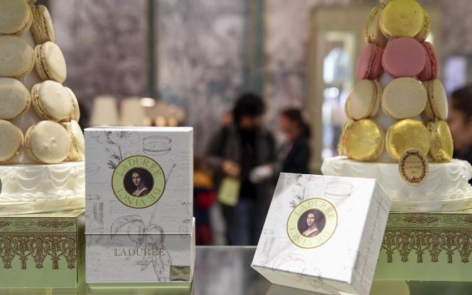 Représentation du tableau «La belle ferronnière»de Léonard de Vincisur des boîtes de macarons Ladurée, à la boutique du musée du Louvre, à Paris, le 25 octobre 2019.