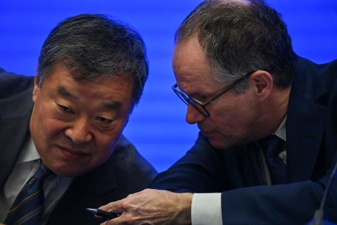 Liang Wannian,chef des scientifiques chinois, etPeter Ben Embarek,chef des experts de l'OMS,lors de la conférence de presse du mardi 9 février 2021 présentant les conclusions de la mission commune mandatée pour enquêter sur les origines du SARS-CoV-2.