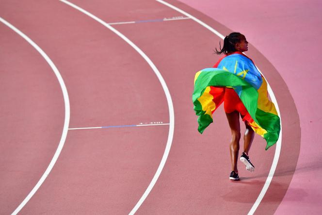 L'Ethiopienne Gudaf Tsegay, après avoir remporté la médaille de bronze lors de la finale du 1500m féminin aux Championnats du monde d'athlétisme de l'IAAF au stade international Khalifa de Doha, le 5 octobre 2019.