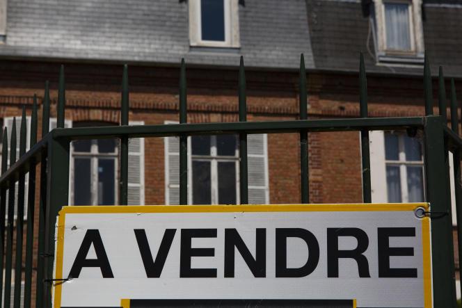 La surtaxe sur les plus-values immobilières imposables dépassant 50000euros, s'applique de la même façon aux résidents et non-résidents.