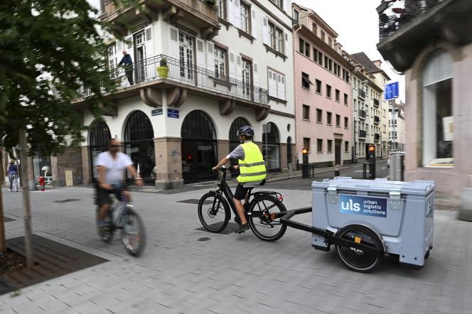 Un livreur de marchandise à vélo à Strasbourg, le 24 juillet 2020.