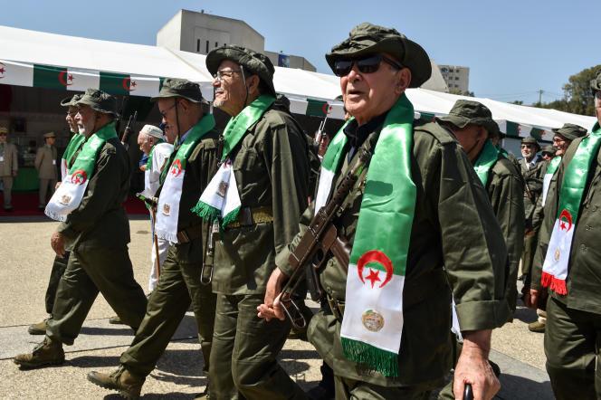 Des vétérans de l'armée de libération nationale(moudjahidine) défilent devant le Musée de l'armée à Alger, le 5 juillet 2017.