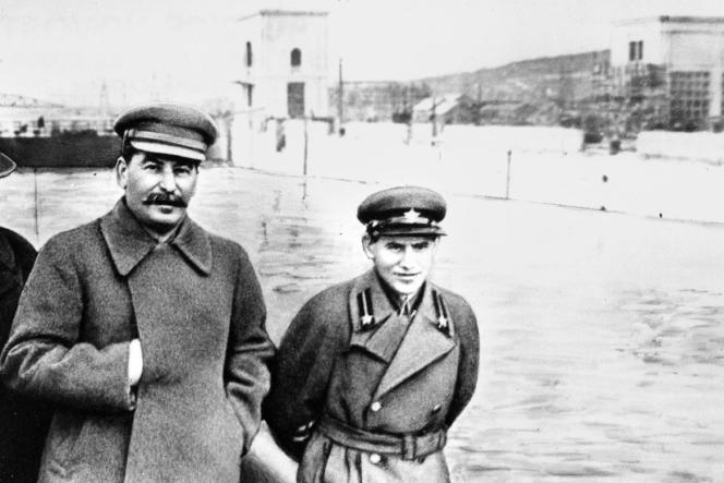 Nikolaï Iejov (à droite) et Josef Staline en 1937.