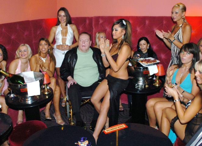 Larry Flynt célèbre son soixante-deuxième anniversaire au Hustler Club, à Paris, le 1er novembre 2004.