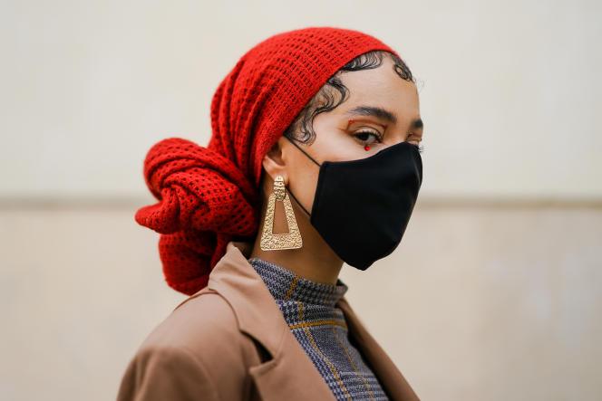 Une invitée au défilé Kenzo, durant la Fashion Week, à Paris, le le 30 septembre 2020.