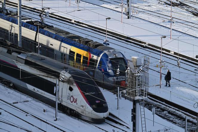 Un homme attend un train à la gare alors que plusieurs centimètres de neige recouvrent la ville de Strasbourg, dans l'est de la France, le 15 janvier 2021.