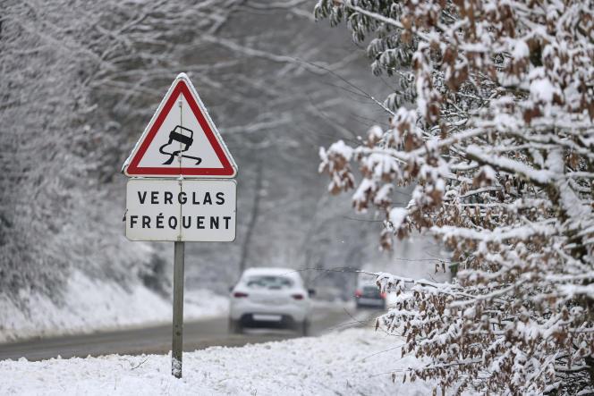 Sur une route traversant la forêt, près de Rennes, mercredi 10 février.