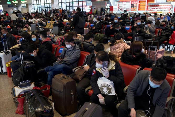 Des passagers attendent leur train à la gare de Pékin-Ouest, le 10 février 2021, à la veille des vacances du Nouvel An lunaire.