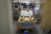 Un malade à l'hôpital Bichat, à Paris, le 1er décembre 2020.