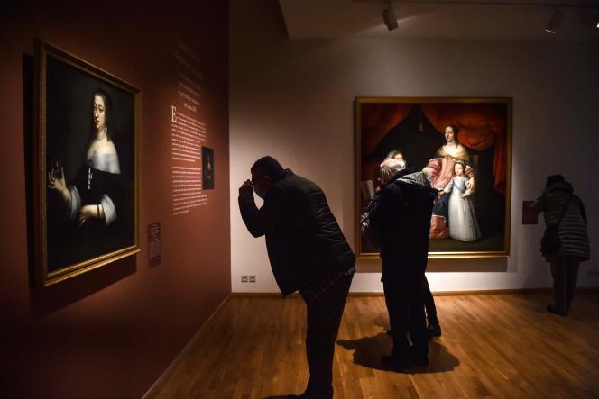 Des visiteurs parcourent l'exposition «Portraits de reines de France», le 9 février, au Musée Hyacinthe-Rigaud à Perpignan.