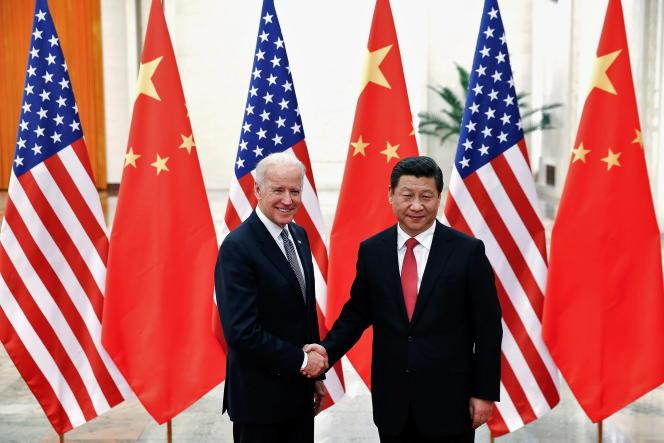 Le président chinois Xi Jinping serre la main de Joe Biden, alors vice-président américain, à l'intérieur du Grand Hall du peuple, à Pékin, le 4 décembre 2013.