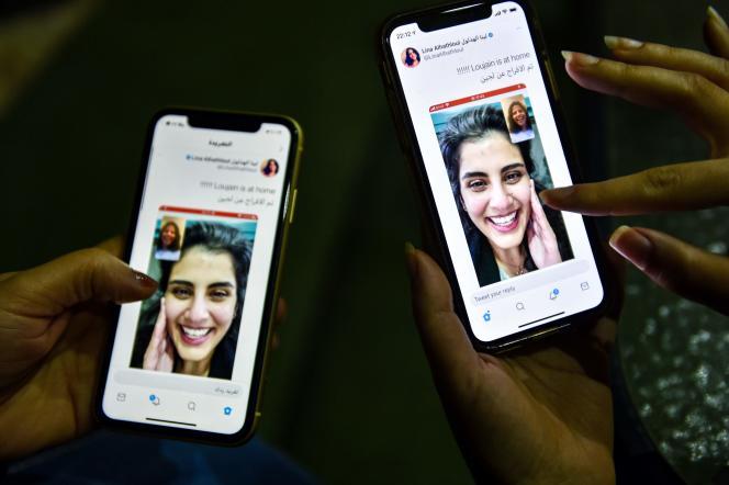 A Riyad, de jeunes Saoudiennes apprennent sur les réseaux sociaux la sortie de prison de la militante féministeLoujain Al-Hathloul, le 10 février.