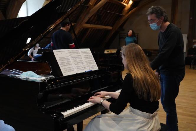 Lors d'uncours de l'académie de mélodie, à Royaumont, le 3 février. Au piano: Elenora Pertz, à côté d'elle, Pascal Jourdan, à l'arrière-plan, le ténor Kaëlig Boché et la mezzo-soprano Stéphanie d'Oustrac.