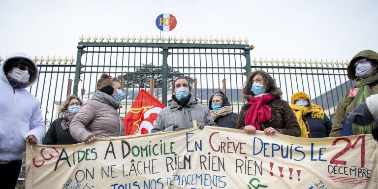 Pour Le Monde, reportage à Blois (Loir-et-Cher), le mercredi 10 février 2021, sur la grève des aides à domicile en milieu rural de l'ADMR du Loir-et-Cher. Ici, devant la préfecture, venues manifester.