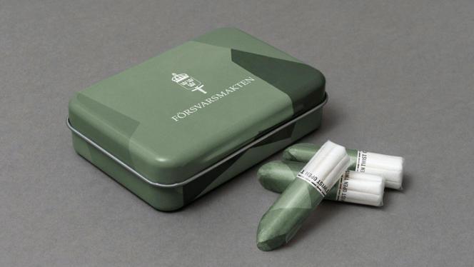 Cette boîte de tampons fait désormais partie du paquetage fourni aux jeunes recrues suédoises.