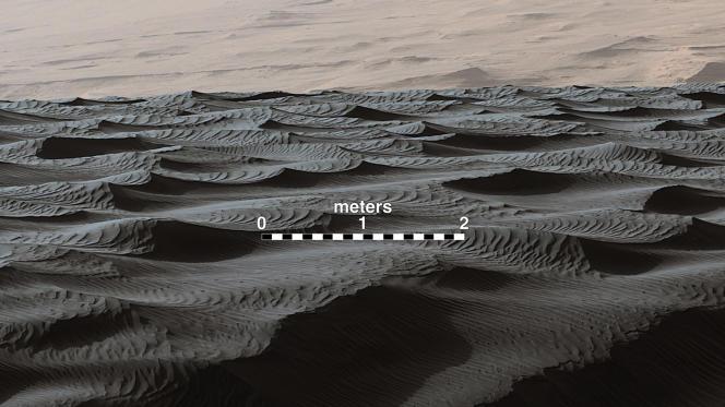 Dune de sable martien, où l'on distingue deux types de rides : celles espacées d'environ un mètre et d'autres, plus petites, qui zèbrent le sol tous les dix centimètres, dont le rover Curiosity a permis la découverte en novembre 2015.