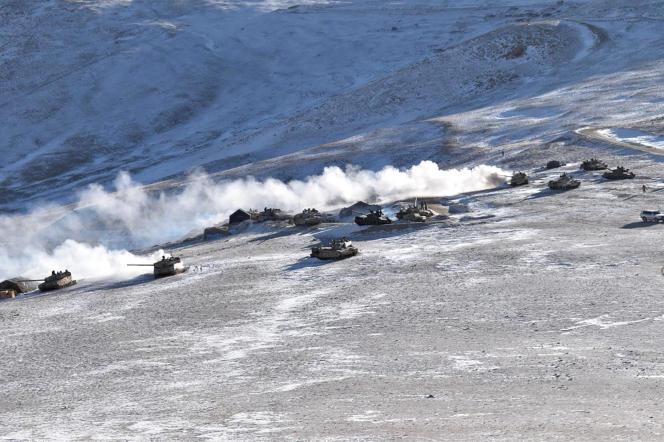 در این عکس که توسط ارتش هند تهیه شده است ، تانک ها در تاریخ 10 فوریه 2021 از سواحل دریاچه پانگ گونگ در منطقه مورد مناقشه لاداخ در غرب هیمالیا خارج می شوند.