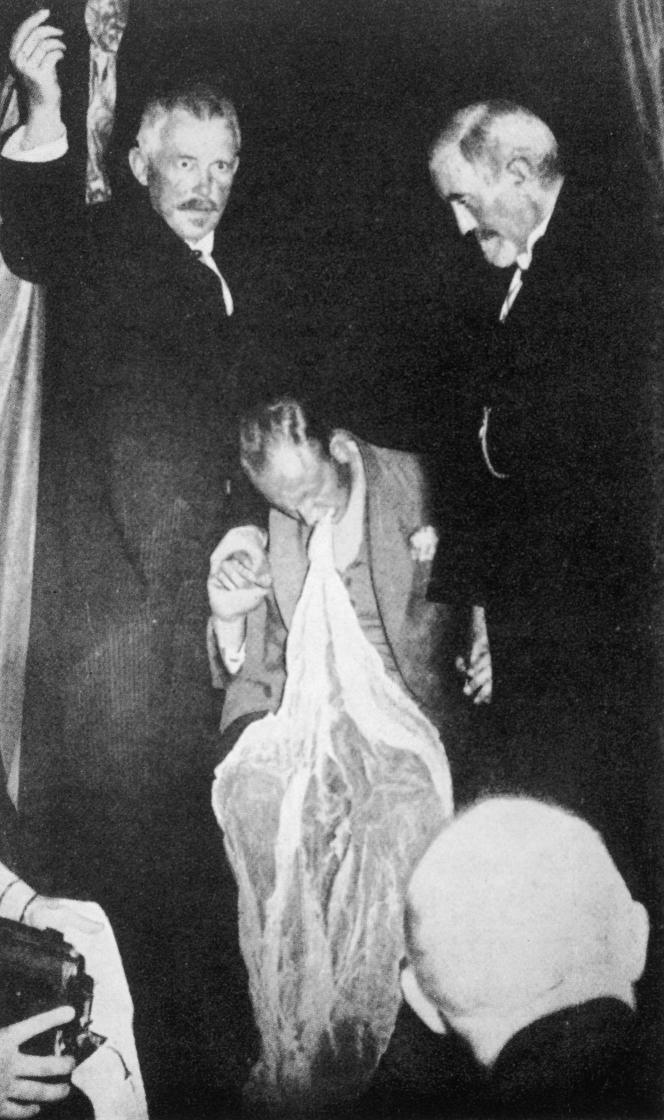 Le médium danois Einer Nielsen ayant produit un ectoplasme, à Oslo, Norvège, en 1921.