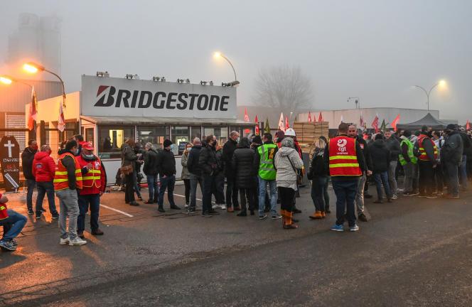 Des employés de Bridgestone manifestent devant l'usine de Béthune (Pas-de-Calais) contre la fermeture annoncée du site, qui emploie 863 personnes, le 27 novembre 2020.