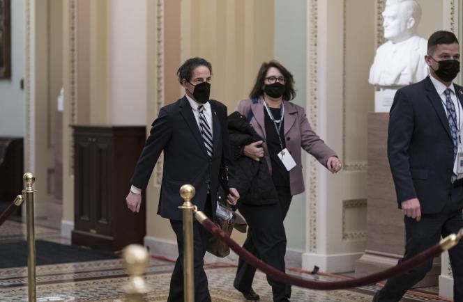 Jamie Raskin, jefe de fiscales demócratas en el juicio político de Donald Trump, abandona el Capitolio en Washington, DC el 11 de febrero.