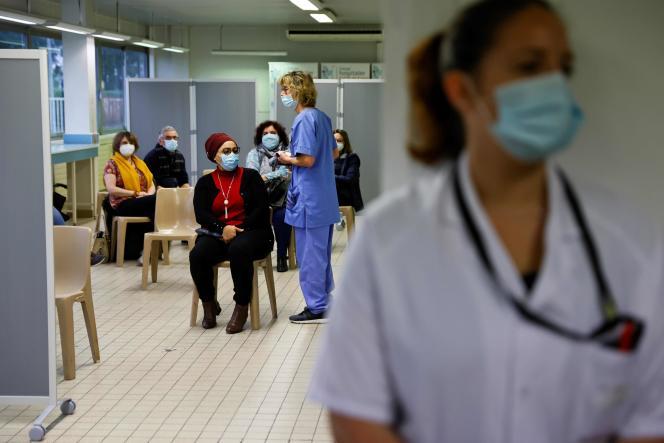 Des patients attendent de se faire administrer le vaccin AstraZeneca contre le Covid-19, à Melun (Seine-et-Marne), le 8 février.