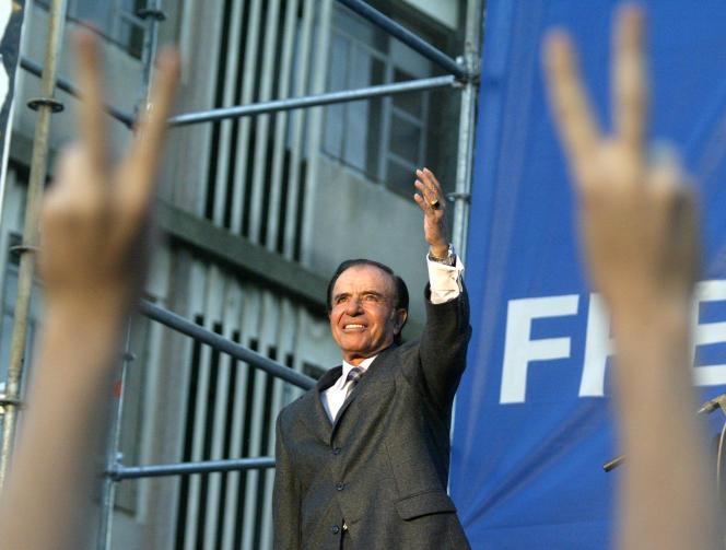Carlos Menem, lors d'un meeting de campagne à Rosario (Argentine), en avril 2003.