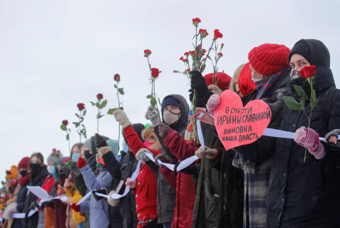Les participantes forment une chaîne humaine lors d'une manifestation de soutien aux prisonnières politiques`; elles protestent contre les violences policières à Saint-Pétersbourg, en Russie, le 14 février 2021.