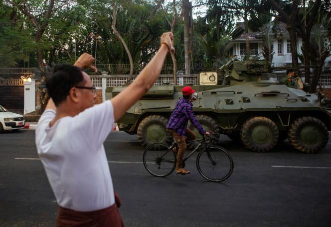 Un blindé de l'armée birmane,le 14 févier à Rangoun (Birmanie).