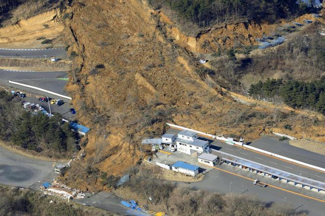 Un glissement de terrain causé par le tremblement de terre, le 14 février àNihonmatsu (préfecture de Fukushima).