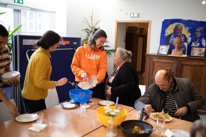Au foyer Lazare, les résidents partagent un repas, à Nantes, jeudi 11 février.