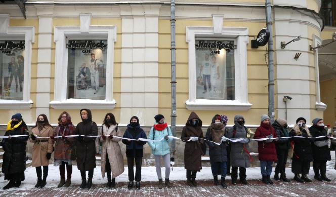Des femmes, dont certaines portent des masques pour se protéger du coronavirus, participent à un rassemblement de soutien au leader de l'opposition emprisonné Alexeï Navalny et à sa femme Yulia Navalnaya, à Moscou, en Russie, le dimanche 14 février 2021.