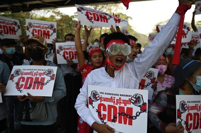 Manifestation contre le coup d'Etat, le 14 février à Rangoun (Birmanie).