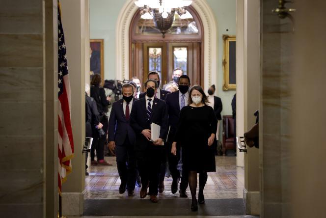 Los funcionarios de la acusación, encabezados por el congresista Jamie Raskin, abandonaron la Cámara de Representantes el 13 de febrero en Washington.