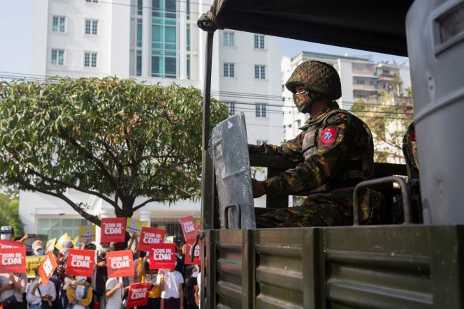 Manifestation du mouvement de désobéissance civile, devant un camion militaire, le 15 février à Rangoun.